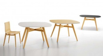 Table fixe carrée piétement en bois massif  plateau plaqué hêtre ou chêne.